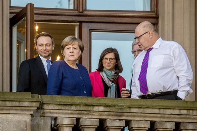 Lãnh đạo đảng FDP Christian Lindner (trái), Thủ tướng Đức Angela Merkel (thứ 2, trái) và lãnh đạo đảng Xanh Katrin Goering-Eckardt (giữa) trong giờ nghỉ giữa vòng đàm phán thứ ba tại Berlin ngày 30/10. (Nguồn: AFP&#
