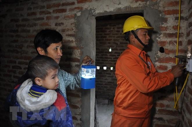 Lắp đặt điện và thay bóng đèn miễn phí cho các gia đình chính sách - ảnh 1