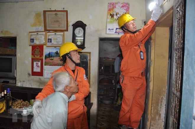 Lắp đặt điện và thay bóng đèn miễn phí cho các gia đình chính sách - ảnh 2