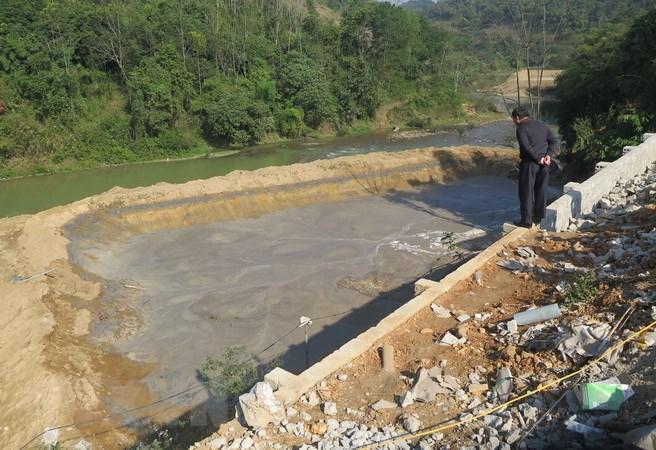 Bể chứa chất thải của nhà máy chế biến bột sắn của Công ty Cổ phần tinh bột Hồng Diệp- Điện Biên bị vỡ. (Ảnh: Nguyễn Xuân Tiến/T