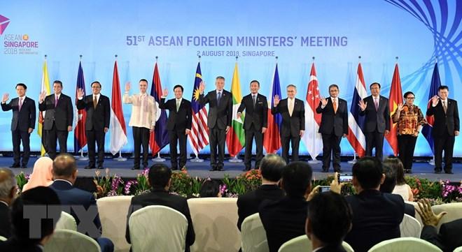 Phó Thủ tướng, Bộ trưởng Ngoại giao Phạm Bình Minh (thứ 5, trái) và Bộ trưởng Ngoại giao các nước thành viên ASEAN chụp ảnh chung tại hội nghị AMM 51 ở Singapore ngày 2-8. Ảnh: AFP/TTXVN