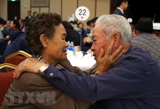 Buổi đoàn tụ gia đình ly tán trong Chiến tranh Triều Tiên tại khu nghỉ dưỡng núi Kumgang ở Triều Tiên tháng 10/2015. Nguồn: AFP/TTXVN