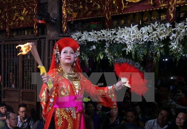Hình thức diễn xướng dân gian là nghi lễ chính, trung tâm của Thực hành tín ngưỡng thờ Mẫu Tam phủ. (Ảnh: Quang Quyết/TTXVN)