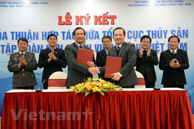 Ông Nguyễn Ngọc Oai, quyền Tổng cục trưởng Tổng cục Thủy sản (trái) và ông Phạm Đức Long, Tổng giám đốc VNPT ký kết hợp tác. (Ảnh: PV/Vietnam+)