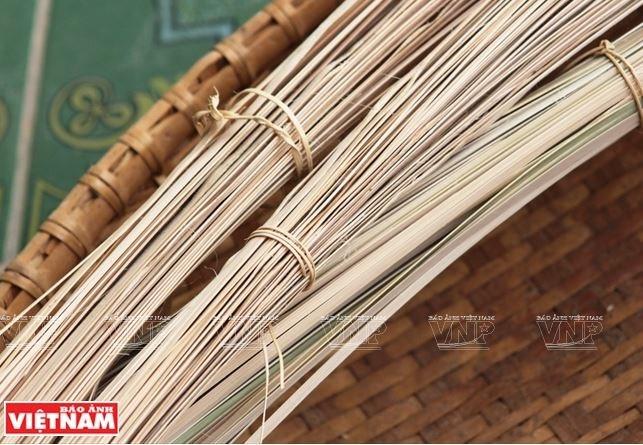 Nguyên liệu nứa được chẻ ra thành nhiều kích cỡ khác nhau tùy theo sản phẩm để đan.