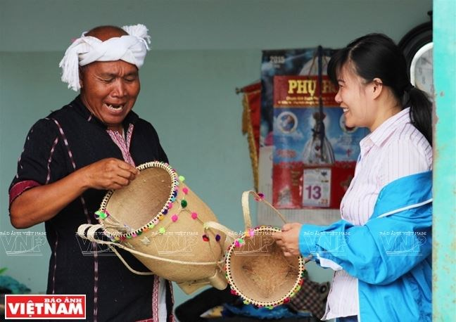 Già Ya Hiêng giới thiệu nghề đan lát truyền thống của người Churu cho du khách. (Nguồn: Báo ảnh Việt Nam/Vietnam+)
