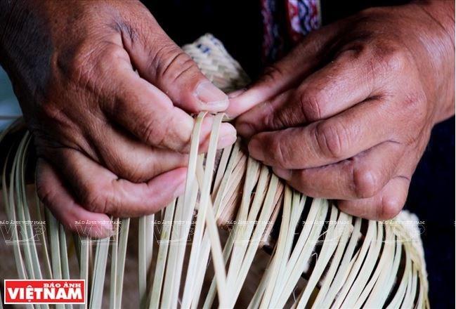 Đôi bàn tay dẻo dai của già Ya Hiêng trải qua bao mùa rẫy vẫn tiếp tục tạo ra những sản phẩm đan lát độc đáo.
