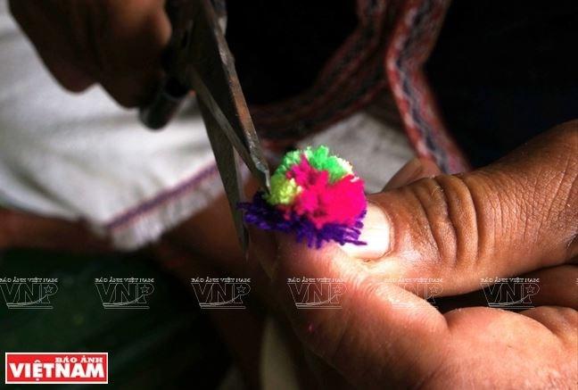 Những bông hoa bằng len đầy tinh tế tô điểm cho vẻ đẹp của gùi Yoh xala.