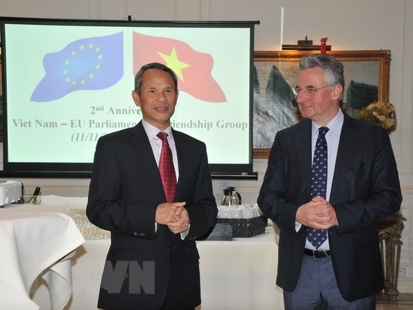 Trưởng Phái đoàn Việt Nam tại EU, Đại sứ Vương Thừa Phong và Chủ tịch Nhóm nghị sỹ hữu nghị Việt Nam-EU, Nghị sỹ Jan Zahradil tại buổi lễ. (Ảnh: Kim Chung/TTXVN)