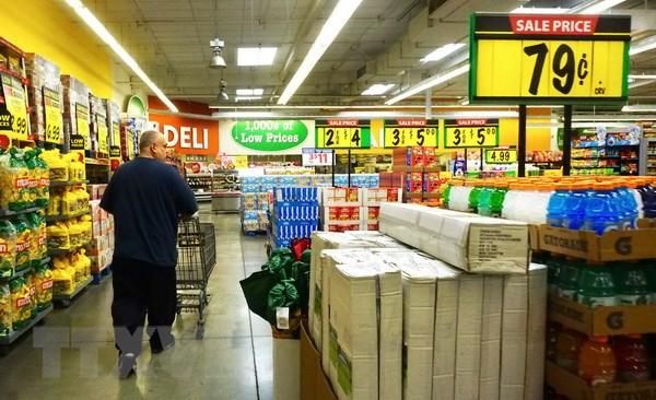 Người dân mua sắm hàng hóa tại siêu thị ở Montebello, California, Mỹ. (Nguồn: AFP/TTXVN)