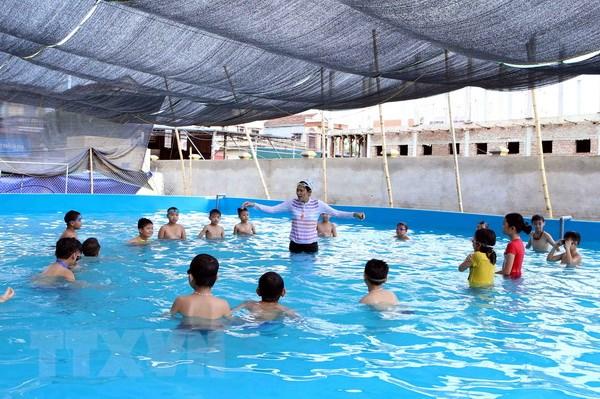 Một lớp dạy bơi cho các em học sinh. (Ảnh: Phạm Kiên/TTXVN)
