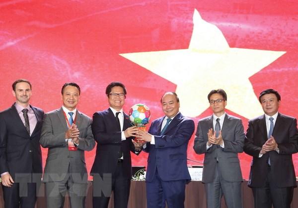 Chủ tịch Phòng Thương mại Việt Nam Vũ Tiến Lộc trao quà lưu niệm tặng Thủ tướng Nguyễn Xuân Phúc. Ảnh: Thống Nhất/TTXVN