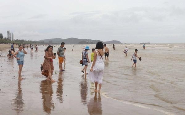 Du khách vui chơi, tắm biển tại bãi biển Cửa Lò, Nghệ An. (Ảnh: Nguyễn Oanh/TTXVN)