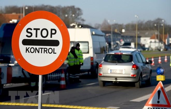 Cảnh sát kiểm tra tại thị trấn biên giới Krusa bei Flensburg. (Ảnh: AFP/TTXVN)