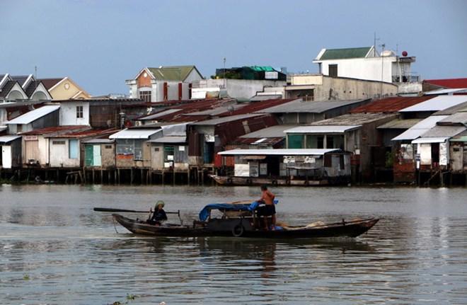 Với tập quán sinh sống tập trung, nhà cửa dựng làm dọc ven các con sông, kênh rạch, nên người dân ở huyện Trần Đề, tỉnh Sóc Trăn