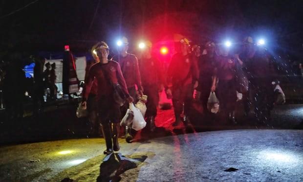 Lực lượng cứu hộ rời khỏi hiện trường