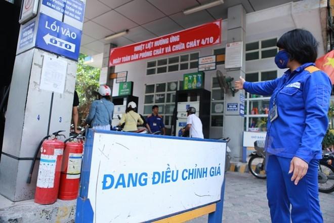 Một trong những cửa hàng trực thuộc Petrolimex chuẩn bị niêm yết giá mới. Ảnh: Đức Duy/Vietnam+