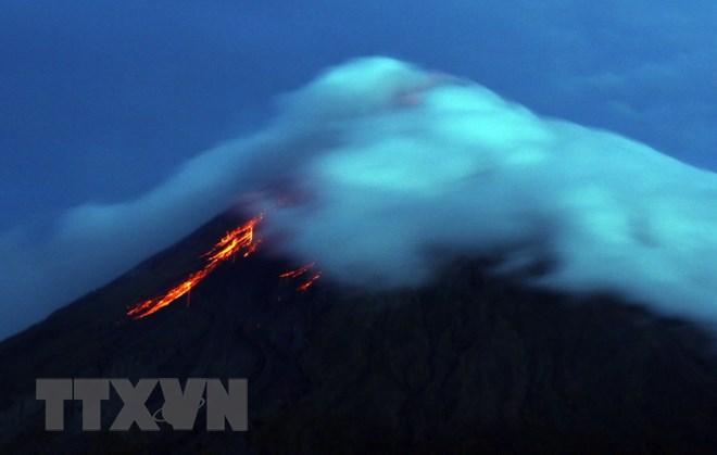 Núi lửa Mayon bất ngờ tỉnh giấc, cột tro bụi cao 2.500m - ảnh 1