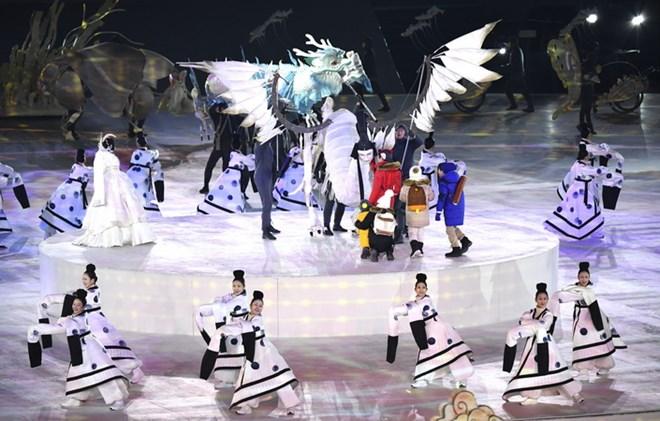 Các nghệ sỹ trình diễn tiết mục nghệ thuật đặc sắc tại lễ khai mạc Olympic PyeongChang 2018. (Nguồn: THX/TTXVN)