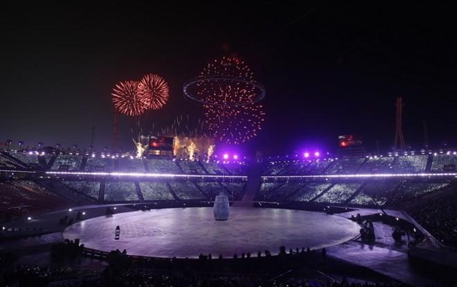 Màn pháo hoa rực rỡ tại lễ khai mạc Olympic PyeongChang 2018. (Nguồn: THX/TTXVN)