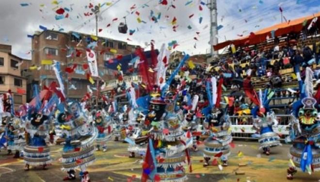 Bom tự chế làm rung chuyển lễ hội đường phố ở Bolivia - ảnh 1