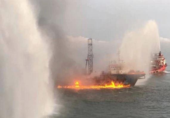 Tàu chở dầu, khí đốt cỡ lớn bị cháy ngoài khơi Malaysia - ảnh 1