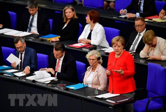 Thủ tướng Đức Angela Merkel (phải) tại phiên chất vấn trước Quốc hội ngày 6/6. (Nguồn: AFP/TTXVN)