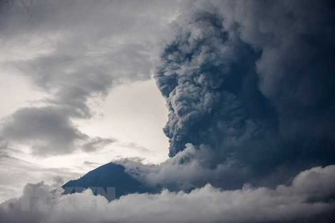 Núi lửa Agung phun trào trở lại, cột tro bụi cao hơn 1.000 mét - ảnh 1