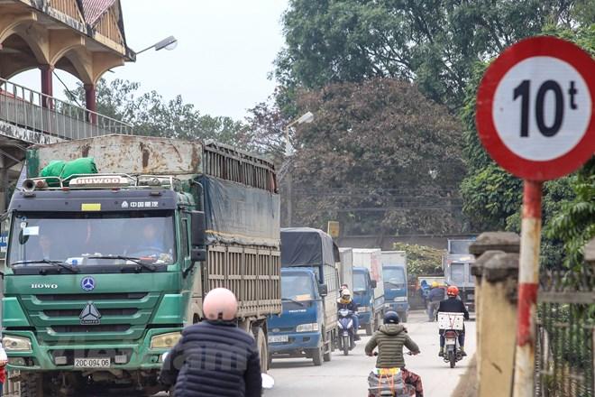 Những người dân sống tại đường Hoàng Tăng Bí đang khốn đốn vì phải sống chung với 'bão bụi'. (Ảnh: Minh Sơn/Vietnam+)