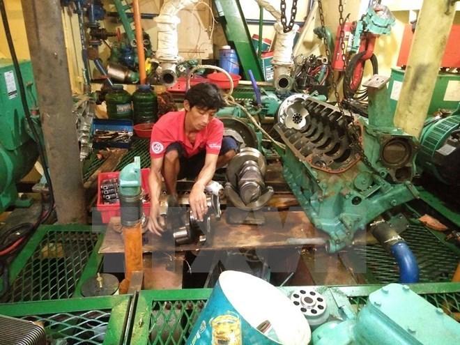 Tàu vỏ thép BĐ 99245 TS của ngư dân Trần Đình Sơn bị gãy trục máy phải nằm bờ hơn một tháng nay. (Ảnh: Nguyên Linh/TTXVN)